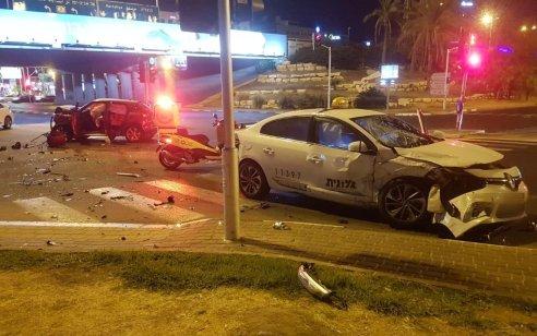 ילד כבן 6 נפצע בינוני ואישה קל בתאונה בין מונית לרכב בכביש 2 סמוך למחלף הסירה