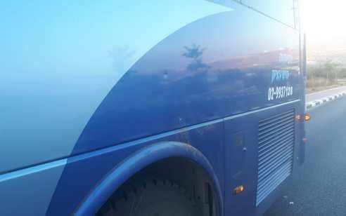 מחבלים השליכו בקבוק תבערה לעבר אוטובוס ילדים סמוך לחברון – נזק לרכב מאבנים באיזור הכפר פונדוק