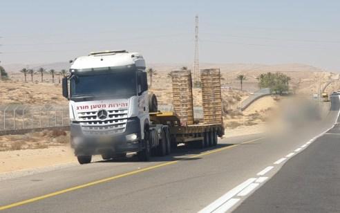 נהג משאית נצפה תוך כדי נהיגה מצלם בנייד את זירת התאונה בכביש 25