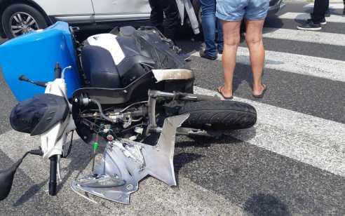 רוכב אופנוע כבן 50 נפצע קשה בתאונה עם אוטובוס ברחובות