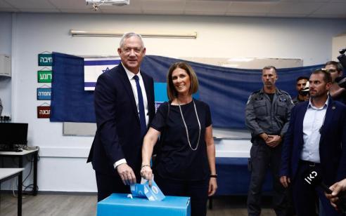 """בני גנץ הבוקר לאחר ההצבעה בקלפי בראש העין יחד עם רעייתו רויטל: """"אני קורא לכל אזרחי ישראל ללכת ולהצביע לפי צו מצפונם"""""""