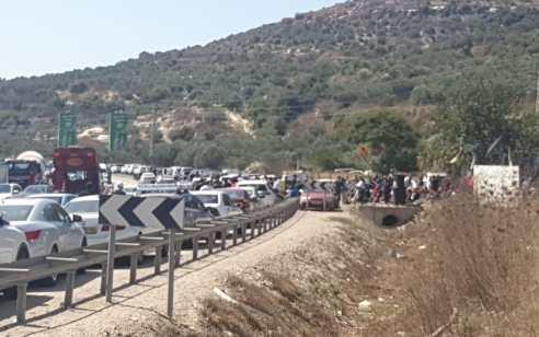 מאות מפגינים דורשים לסגור את תחנת המשטרה באום אל פחם – כביש 65 ואדי ערה נחסם