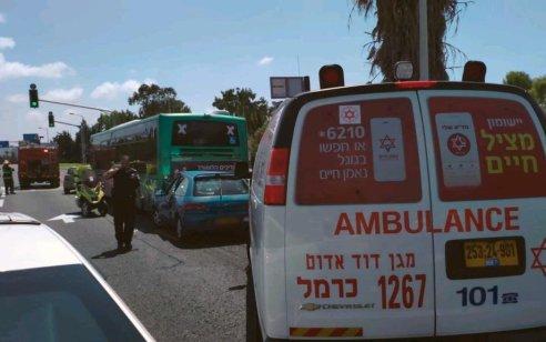 פצוע בינוני ופצוע קל בתאונה בין רכב לאוטובוס בחיפה
