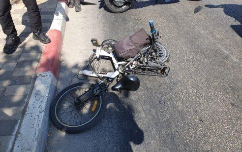רוכב אופנוע ורוכב אופניים חשמליים נפצעו קשה וקל בתאונה בפתח תקווה
