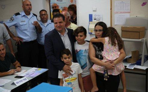 """יו""""ר הרשימה המשותפת ח""""כ איימן עודה בהצבעה בחיפה: """"מרגיש את האנרגיות בציבור – אנחנו יכולים להביא הישג היסטורי"""""""