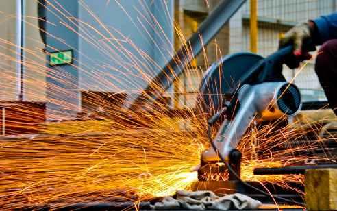 פועל נחתך מדיסק מסור חשמלי באתר בניה ברמת גן – מצבו בינוני