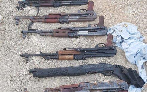 מצבור גדול של אמצעי לחימה הכולל 19 אקדחים, חמישה קלאצ'ניקוב, רובה ותחמושת נמצאו אמש באזור הבקעה