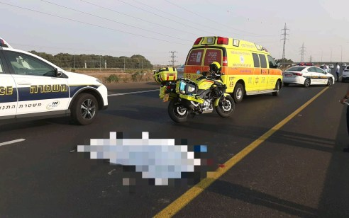 צעיר חרדי בן 24 נתקע עם רכבו בכביש איילון צפון, יצא להזעיק עזרה ונפגע מרכב חולף