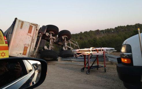 נהג משאית נפצע בינוני לאחר שחולץ בתאונה עצמית בכביש 6 סמוך למחלף להבים