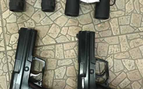 """עם אקדחים, משקפות ומדים: תושב תל שבע בן 20 נעצר בחשד לתמיכה בדאע""""ש"""