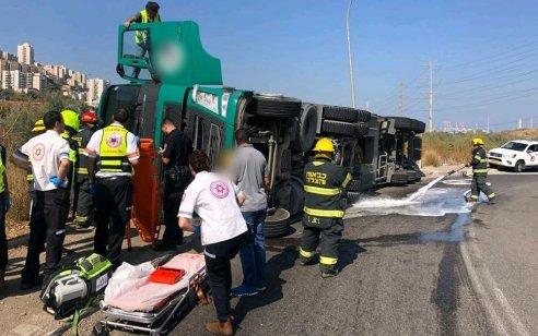 נהג משאית סמיטריילר כבן 30 נפצע בינוני כתוצאה מהתהפכות משאיתו בחיפה