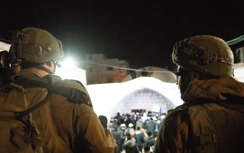 מאות יהודים התפללו הלילה בקבר יוסף. דגן: ״הנוכחות בשטח קריטית״