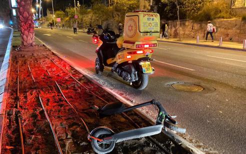 רוכב קורקינט חשמלי ורוכב אופנוע נפצעו בתאונה בתל אביב