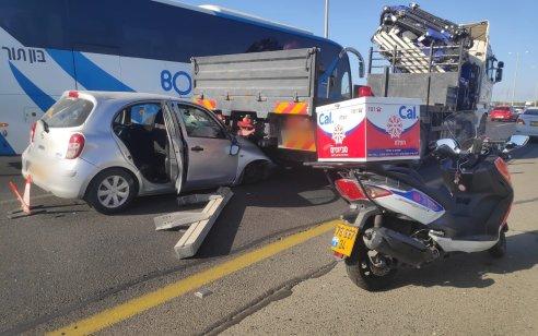 פצועה בינוני ושניים קל בתאונה בין רכב למשאית בכביש 4 ממחלף גהה למורשה