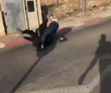 עוכב על עבירת תנועה ותקף את השוטר באלימות – תיעוד