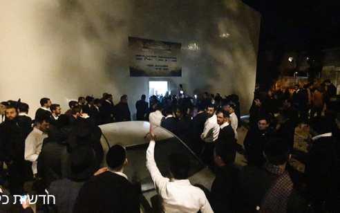 דרמה לילית: עשרות פקחים ושוטרים הגיעו לפנות בית כנסת בשכונת שמואל הנביא בירושלים – התושבים עצרו אותם בגופם