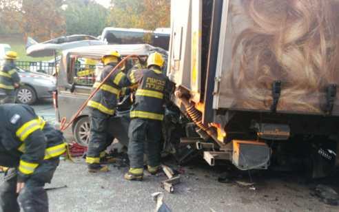 שני הרוגים ושישה פצועים קשה ובינוני בתאונה בין משאית לרכב הסעות ברמת גן