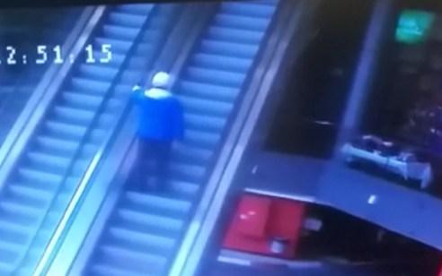 בתוך שניות ספורות: החובשים העניקו סיוע לקשיש שנפל במדרגות נעות בנתניה – תיעוד