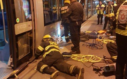תאונה מחרידה: הולכת רגל בת 19 נלכדה תחת קרון הרכבת הקלה בירושלים ונהרגה