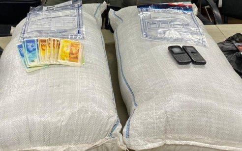 """נתפסו שני חשודים שהיו בדרכם לאילת עם 2 שקים גדולים מלאים בכ-12.4 ק""""ג חומר צמחי החשוד כסם מסוג נייס גאי"""