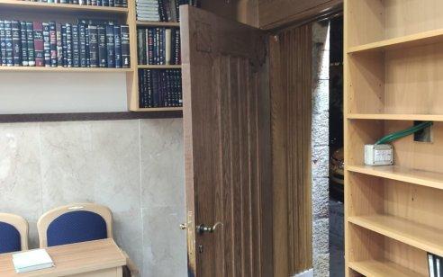 בת 50 נעצרה בחשד להצתת דלת של בית כנסת בירושלים