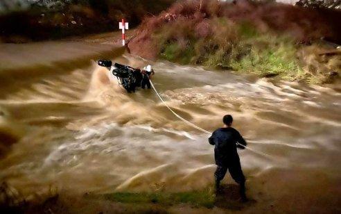 שני נערים בני 17 רכבו על טרקטורון ונסחפו בנחל בשרון – מצבם קל