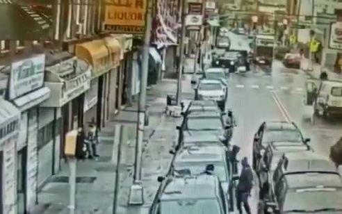 יוצאים מהרכב עם נשקים שלופים ויורים: תיעוד הירי במרכול הכשר בניו ג'רזי