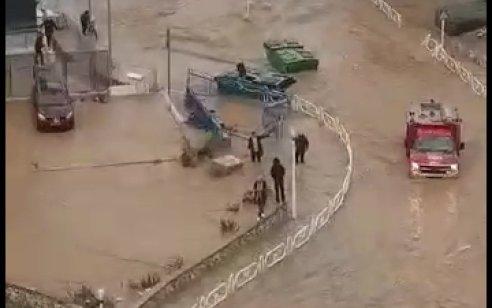 הצפות בנהריה: רכב התהפך, 3 נעדרים אותרו – מוטי סייע לחלץ וטבע למוות