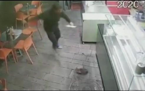 תיעוד: גבר בועט באכזריות בחתול בפיצריה באילת – המשטרה פתחה בחקירה