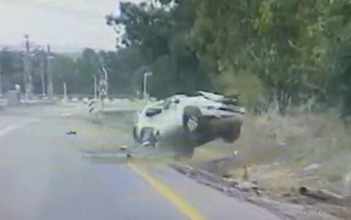 תיעוד דרמטי: רכב סטה מהנתיב, גרם לג'יפ ממול להתנגש בשלט –  ולהתהפך 3 פעמים