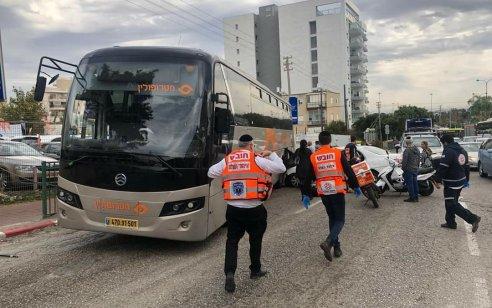 צפו: אוטובוס התדרדר לאחור בנתניה ופגע במספר רכבים – 2 נפצעו קל