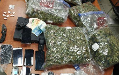 """תושב אביחיל נעצר לאחר שבדירתו נמצאו כ-7 ק""""ג סמים מסוכנים"""