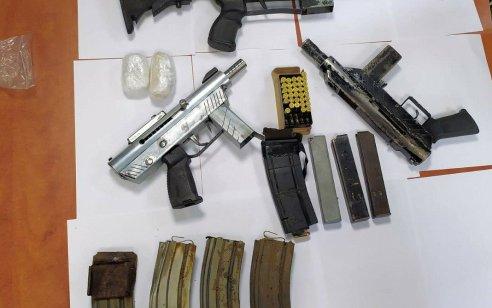שלושה תת מקלעים מאולתרים וסמים נתפסו בחיפוש ברמלה – צפו בתיעוד