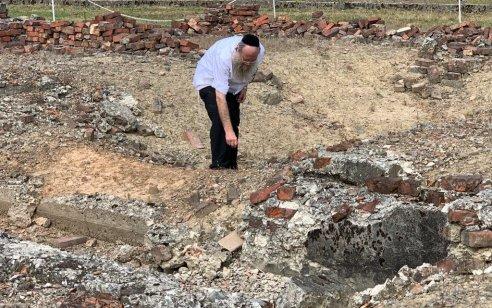 זעזוע: אלפי עצמות של היהודים הקדושים שנרצחו ונשרפו במחנות ההשמדה בפולין צפות אחרי הגשם