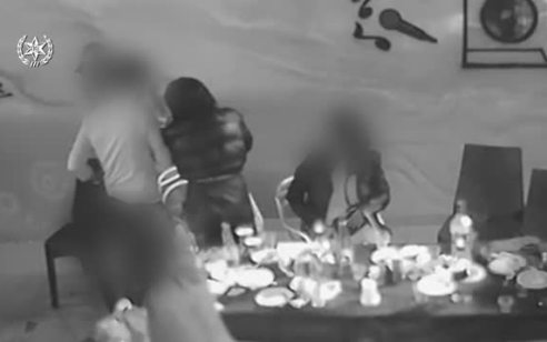 אישום: הטיח בקבוק על ראשו של גבר שהניח יד על כתפי חברתו ופצע אותו – תיעוד רגע התקיפה