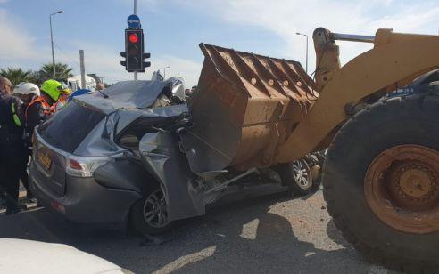 """תיעוד: נהג רכב כבן 50 נהרג מפגיעת טרקטור בצומת הרא""""ה"""