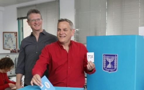 """יו""""ר מרצ ח""""כ ניצן הורוביץ הצביע בקלפי תל אביב: """"זהו יום גורלי לעתיד מדינת ישראל"""""""