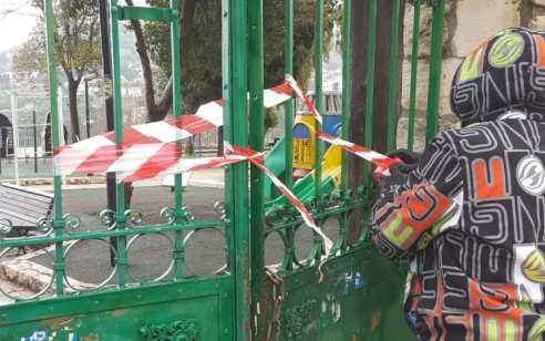"""צוותי השטח של עיריית צפת נועלים את הגנים והמגרשים: """"זו סכנה, הישארו בבית!"""""""