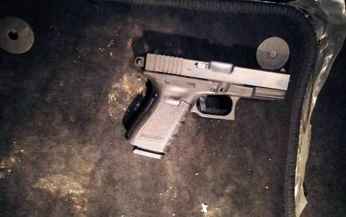 רמלה: בלשי המשטרה מצאו אקדח גלוק בתא הכפפות – החשוד נעצר