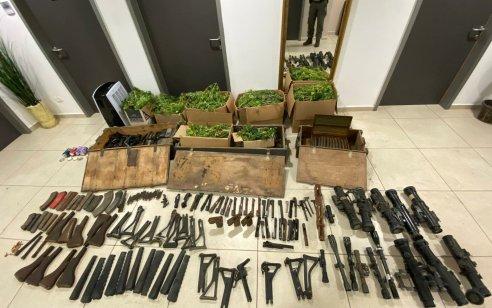 """בפשיטה על בית בדרום תל אביב אותרו 42 ק""""ג חומר החשוד כסם מסוג קנאביס ומאות חלקי נשק"""
