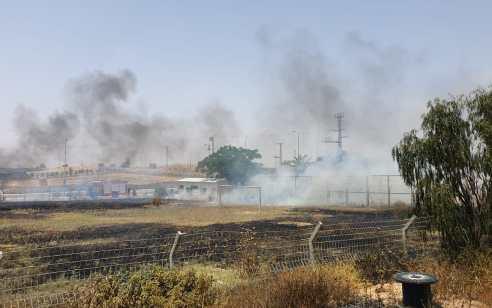 השרב הכבד: שריפה משתוללת סמוך לרהט – המשטרה פינתה בתים