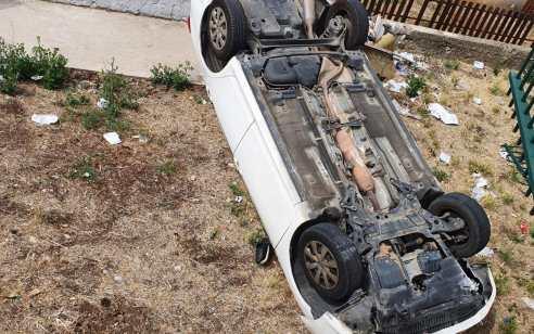 נהג רכב התהפך עם רכבו לתוך מבנה מגורים בצפת – מצבו קל