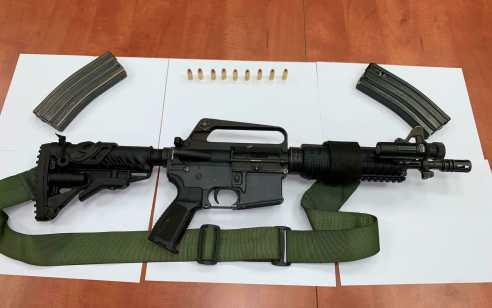 """לאחר מרדף רגלי עם נשקים שלופים עצרו בלשי מג""""ב חשוד חמוש בנשק מסוג M-16 שנמלט מהחלון"""
