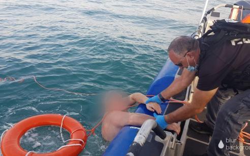 קפץ מיאכטה מול חופי אשדוד ולא הצליח לעלות בחזרה – צפו בחילוץ של השיטור הימי