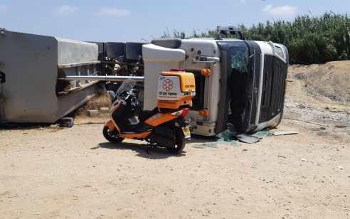 שני פצועים בינוני וקל בהתהפכות משאית בגשר הצבים בכפר ויתקין