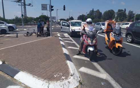 בן 35 נפצע בינוני בתאונה עם מעורבות רכב פרטי ואופניים בכביש 4