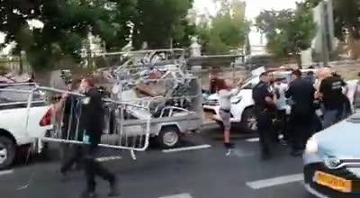 """פקחים ושוטרים הרסו שוב את מאהל המחאה מחוץ למעון רה""""מ בירושלים – מפגינים נפצעו"""