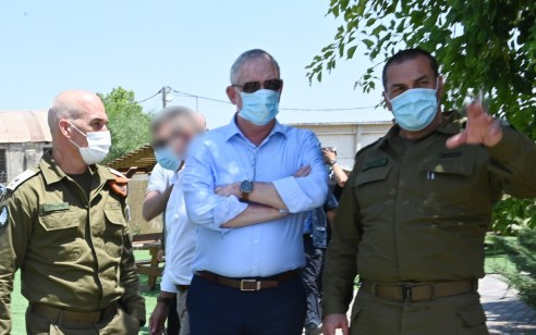 """שר הביטחון גנץ בפקע""""ר: """"רק אויב שאין היגיון בראשו יעיז לבדוק את מידת מוכנותה של ישראל להגיב"""""""
