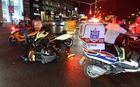 שני צעירים שרכבו על אופנוע נפצעו בינוני וקל בתאונה בבני ברק