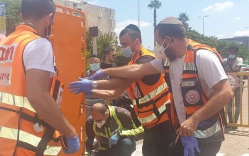 הולך רגל בן 60 נפגע מדלת משאית באור יהודה – מצבו קשה